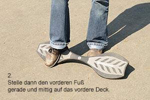 Stelle den vorderen Fuß gerade und mittig auf das vordere Deck